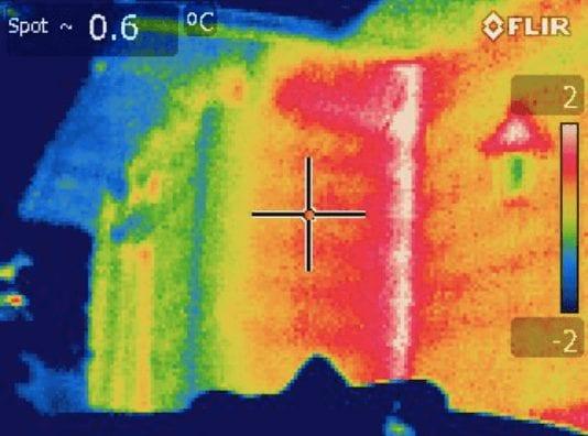 obraz domu z kamery termowizyjnej
