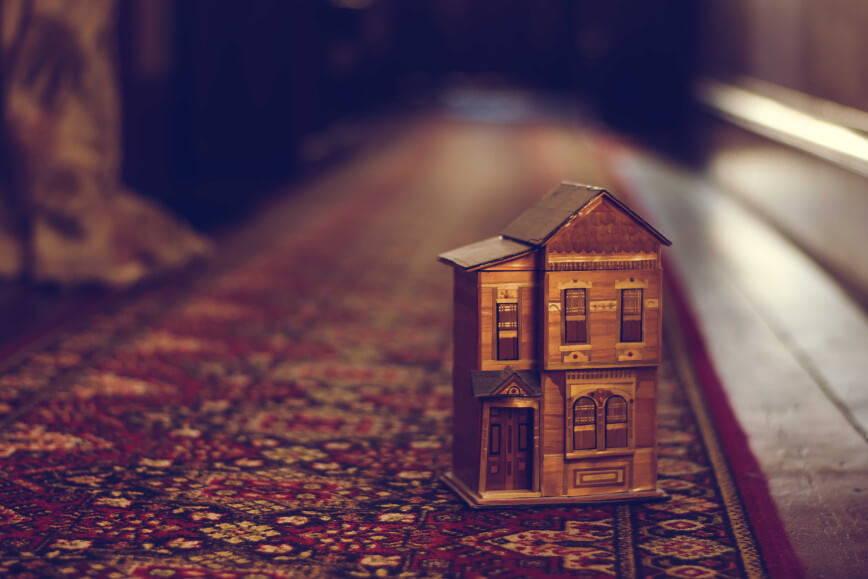 zbliżenie na model małego domu na dywanie