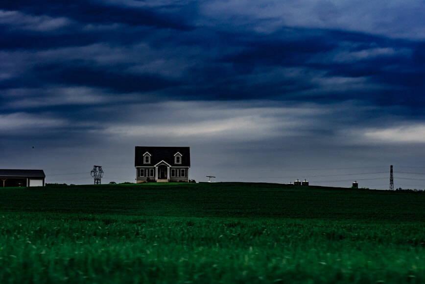 panorama pola z domem w tle