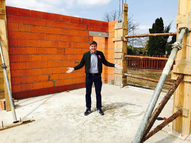 Filip Chajzer na budowie