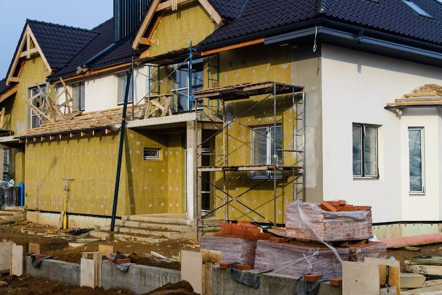 dom w czasie budowy z gołymi elewacjami