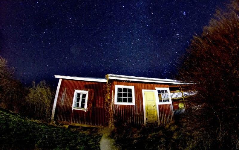 domek kanadyjski nocą
