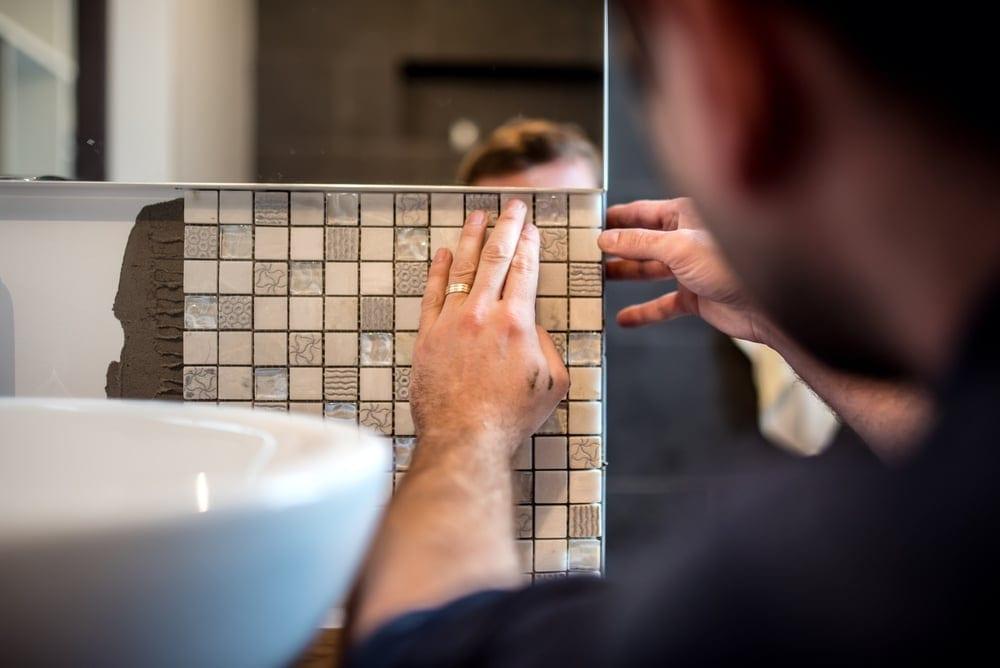 mężczyzna remontujący łazienkę