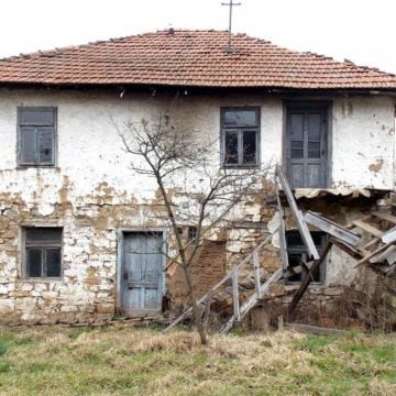 stary zniszczony dom