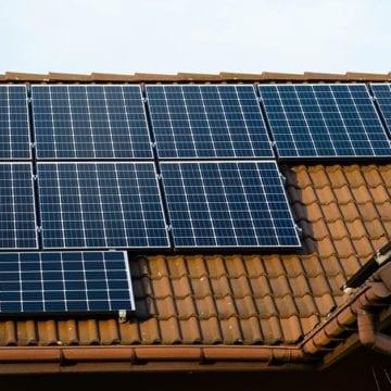 Panele fotowoltaiczne zamontowane na dachu